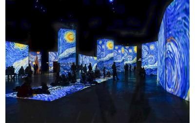 Van Gogh Alive a Torino mostra multimediale: luci, colori e suoni pervadono i visitatori.